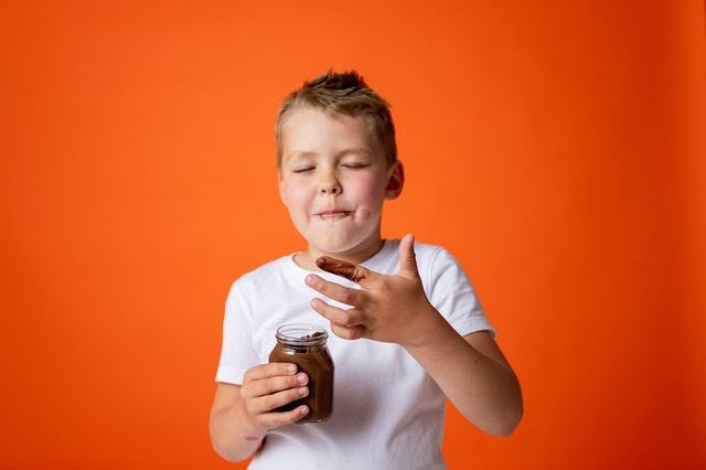 dziecko je czekolade